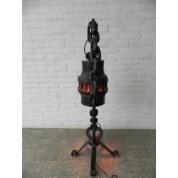 Staande lamp gemaakt van een karrenwiel, ketting en hoefijzer, Jaren 70