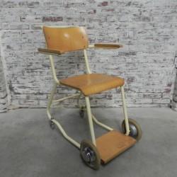 Vintage stoel op wielen,...